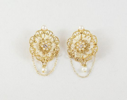 עגילי פרחים צמודים עם שרשרת ופנינה, עגילים צמודים לכלה, עגילים בסגנון רומנטי, עגילים מיוחדים, עגילים יפים, עגילי פרחים