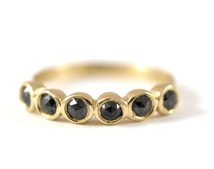 טבעת יהלומים שחורים   טבעת אירוסין   טבעת יהלום מרכזי   טבעת מעוצבת ייחודית   אורה דן תכשיטים   תכשיטים בתל אביב   טבעות בעיצוב אישי  