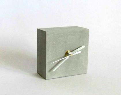 שעון קובייה שולחני מבטון, שעון לשולחן, שעון שולחני בטון, שעון בטון, שעון מעוצב, שעון למשרד, מתנה לגבר, מתנה לחבר, שעון עבודת יד, שעון לסלון