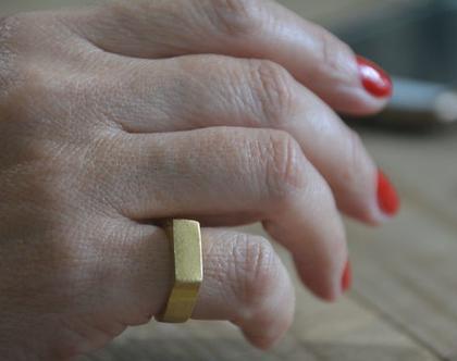 טבעת זהב לזרת, טבעת חותם מעוצבת, טבעת חותם, טבעת מיוחדת, טבעת ליום יום, מתנה לאישה, מתנה לחברה, טבעת מינימליסטית, טבעת חותם עדינה
