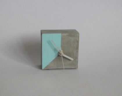 שעון קוביה שולחני מבטון - טורקיז | מתנה למשרד | מתנה לחג | מתנות לחגים | מתנה לעובדים| עיצוב הבית | עיצוב המשרד | עיצוב פנים