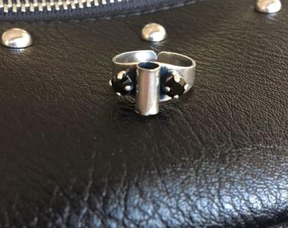 טבעת ציפוי כסף משובצת שני אבני סברובסקי שחורים | טבעת סברובסקי | טבעת פתוחה | טבעת צינור מולחם