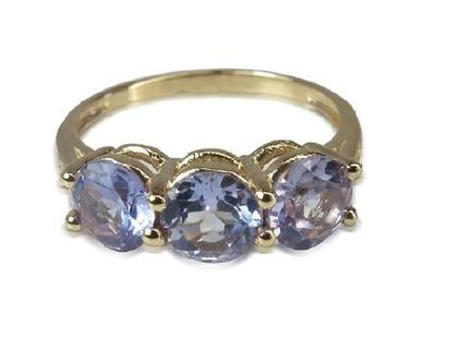 טבעת שלוש אבנים משובצת אמטיסט ויהלומים 0.07CT