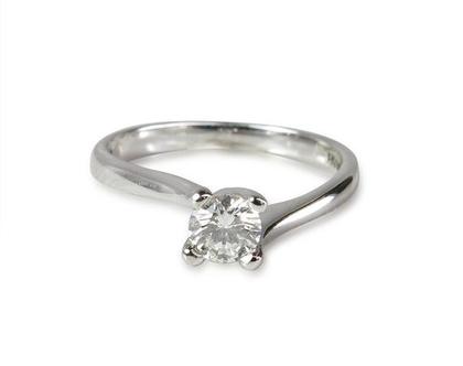 טבעת זהב לבן 14K משובצת יהלומים 0.20CT