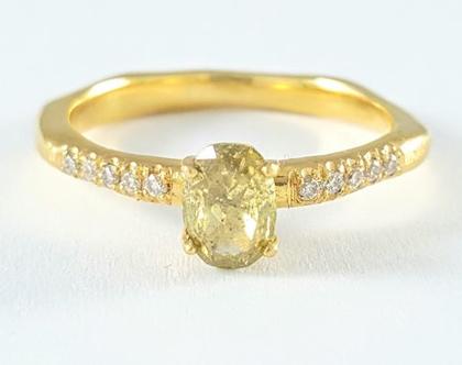טבעת אירוסין   טבעת יהלום מרכזי   טבעת מעוצבת ייחודית   אורה דן תכשיטים   תכשיטים בתל אביב   טבעות בעיצוב אישי  