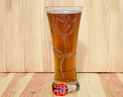 חריטה של פרח ורד על כוס בירה מזכוכית בעבודת יד| shiranlavishohat.com | 052-8339640