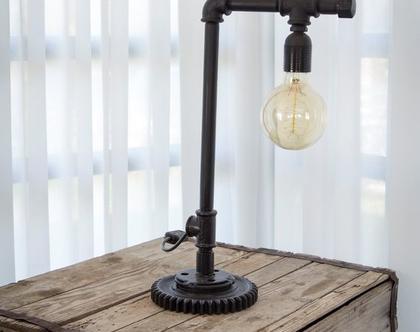 מנורת שולחן מצינורות
