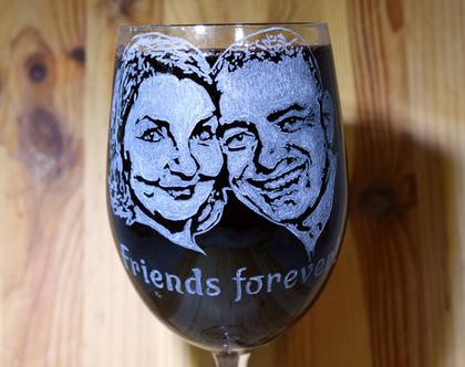 פורטרט מותאם אישית וחרוט בעבודת יד על כוס יין גדולה, מתנה לחברים, מתנה מקורית, רעיון למתנה | shiranlavishohat.com | 052-8339640