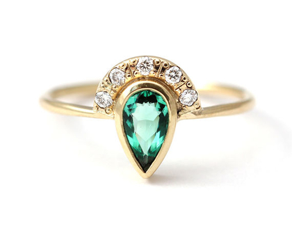 טבעת אמרלד, טבעת אירוסין עם אמרלד, טבעת בצורת טיפה, טבעת אירוסין אלטרנטיבית, טבעת אמרלד ויהלומים, טבעת אירוסין מיוחדת, ארטמר