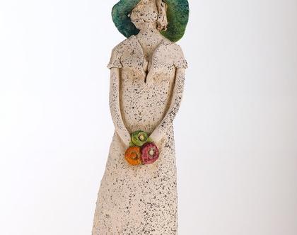 פסל אישה עם כובע טורקיז - מיכל מרום