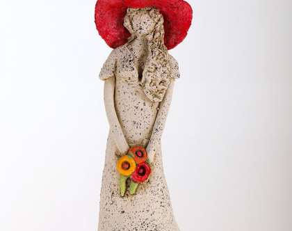 פסל אישה עם כובע אדום - מיכל מרום