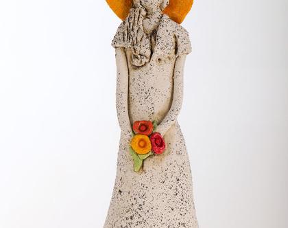 פסל אישה עם כובע צהוב - מיכל מרום