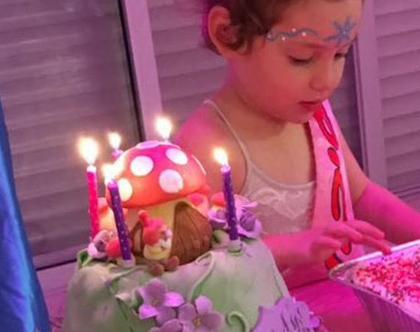 שולחן בר מתוקים, שולחן מתוק, שולחן מתוק פיות, שולחן מתוק בנושא פיות, רעיון לשולחן ליום הולדת, שולחן מעוצב ליום הולדת, עיצוב אירועי ילדים,