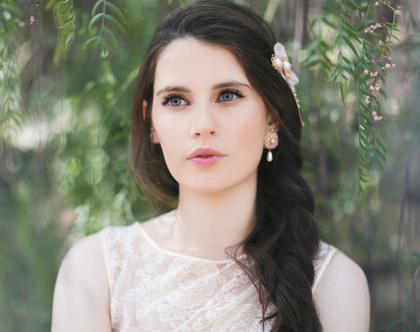 עגילי פרח תחרה וטיפת פנינה צמודים מיוחדים לכלות, עגילים צמודים, עגילים מיוחדים, עגילי פנינה, עגילים בסגנון רומנטי, עגילים רומנטיים