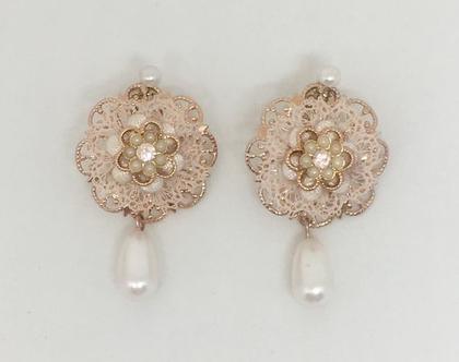 עגילי פרח תחרה וטיפת פנינה צמודים מיוחדים לכלות, עגילים צמודים לכלה, עגילי פנינה, עגילים מיוחדים, עגילים יפים לכלה, עגילים עדינים