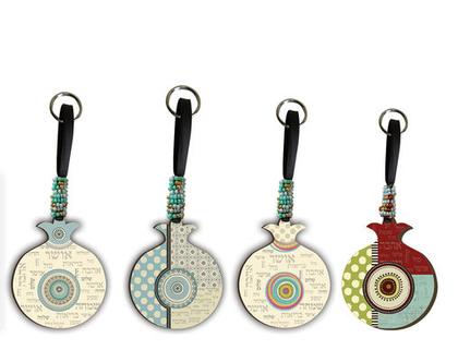 מחזיק מפתחות רימון וינטא'ג - איריס. מחזיק מפתחות מעוצב,משפטי השראה ,העצמה נשית,מתנה למורות וגננות,מתנה לסוף שנה ,מתנה לאירועים ,כוח נשי ,מוצ