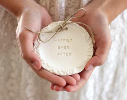 צלוחית לטבעות נישואין | צלוחית לטבעות חתונה Happily ever after | מתנה לכלה | מתנה לחתונה | מתנה ליום נישואין | מתנה לאירוסין | כרית לטבעות