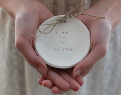 צלוחית לטבעות נישואין   צלוחית לטבעות חתונה I DO ME TOO   מתנה לכלה   מתנה לחתונה   מתנה ליום נישואין   מתנה לאירוסין   כרית לטבעות