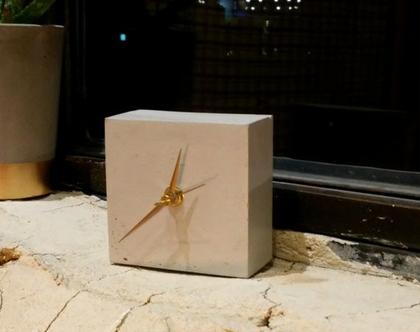 שעון שולחני מבטון, שעון קובייה מבטון, שעון קוביה, שעון שולחן, שעוני שולחן, שעון בטון, שעון בטון, שעון למשרד, מתנה לבית, עיצוב הבית, שעונים