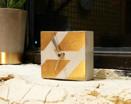 שעון קובייה שולחני מבטון בגימור זהב, שעון שלחני, שעון קובייה, שעון שולחן, שעון בטון, שעון מבטון, שעון מעוצב, מתנה למשרד, מתנה לגבר