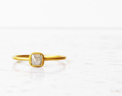 טבעת 22K משובצת יהלום מרובע