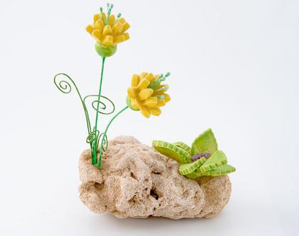 פרחי קרמיקה על סלע טבעי | פרחים מקרמיקה | סלע פורח | שילוב חומרים