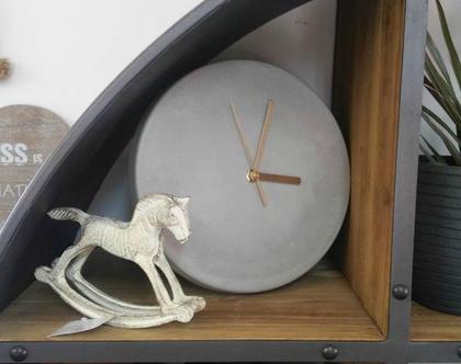 שעון קיר מבטון - מחוגים זהב, שעון בטון, שעון קיר בטון, שעון קיר לבית, שעון למשרד, מתנות לחגים, מתנה לבית, שעונים מעצבים, שעון במראה מהודר,