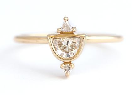 טבעת יהלום חצי ירח, טבעת אירוסין עדינה, טבעת אירוסין אר דקו, טבעת יהלומים, טבעת אירוסין בוהו