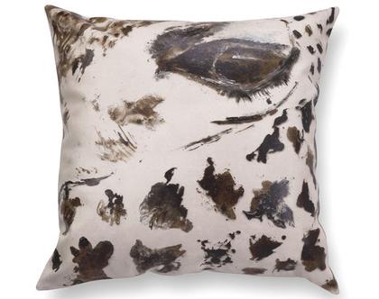 כרית עם איור ג׳ירפה - כרית עם רישום ג׳ירפה - כרית מיוחדת - כרית נוי מעוצבת לסלון - כרית דמוי עור בצבע בז׳ - כרית מודפסת - כרית אמנותית