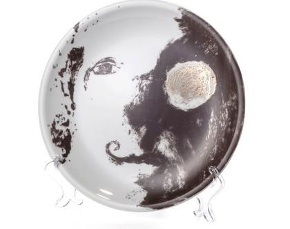 צלחת אוכל מפורצלן וזהב 24k - צלחת לתליה על הקיר - צלחת אמנותית מאויירת- סט כלים יוקרתי - ג׳ון לנון - כלי אירוח - צלחת מעוצבת אמנות שימושית