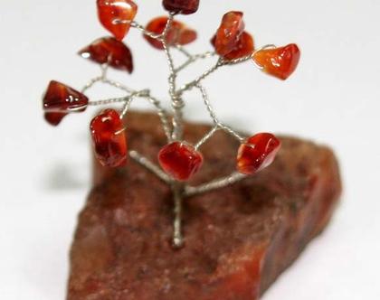 עץ מיניאטורי קטן בעבודת יד משולב באבני קארנליאן