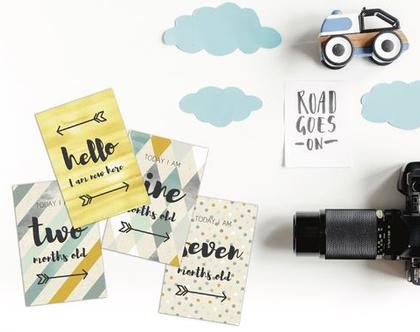 13 גלויות המלוות את התפתחות הילד בשנתו הראשונה | בייביבום | גלויות מעוצבות | עיצוב בצבעי מיים | קליגרפיקה | בייביבוי