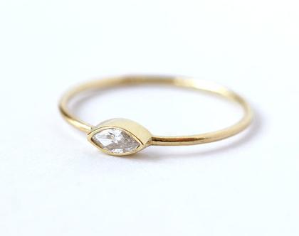 טבעת אירוסין בחיתוך מרקיזה, טבעת אירוסין מינימלסטית, טבעת יהלום בחיתוך מרקיזה, טבעת אירוסין עדינה, טבעת יהלום צרה, חיתוך מרקיזה, טבעת מרקיזה
