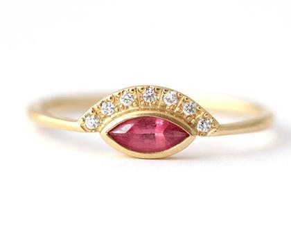 טבעת אירוסין משובצת ספינל וורודה, טבעת זהב בשיבוץ אבן ספינל, טבעת אירוסין אלטרנטיבית, טבעת בחיתוך מרקיזה, טבעת בשיבוץ אבן וורודה