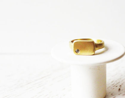טבעת מלבנית זהב 18k בשיבוץ יהלום אפור