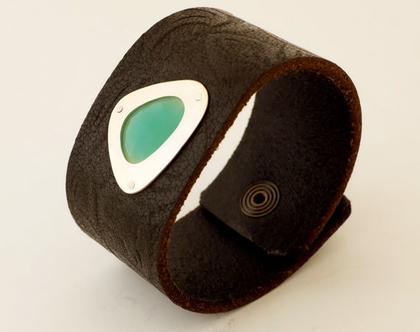 צמיד עור רחב עם אבן קלצדוני ירוק, צמיד עם אבן משובצת בכסף, צמיד עור עם אבן, תכשיטים עם אבן ירוקה, צמיד עור שחור עם כסף, תכשיטים בעבודת יד
