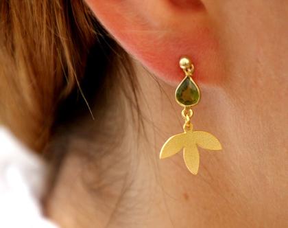 עגילי זהב עם תליון אבן קריסטל ירוקה ועלה לוטוס קטן - N-65