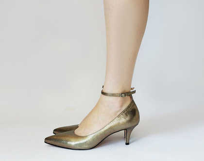 נעלי עקב זהובות עם קולר