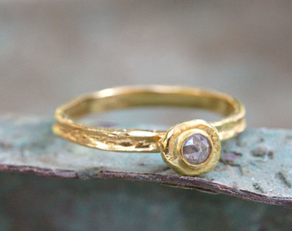 טבעת אירוסין, טבעת יהלום גולמי, טבעת יהלום מיוחדת, טבעת זהב צהוב, סט טבעות לאישה, מתנה לאישה, טבעת אירוסין מיוחדת, סט טבעות נישואין זהב