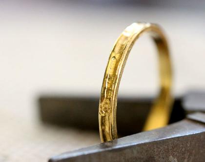 טבעת נישואין גולמית, טבעת זהב צהוב , סט טבעות נישואין, סט טבעות לאישה, טבעת דקה, טבעת מרוקעת, טבעת נישואין עדינה, טבעת נישואין קלאסית