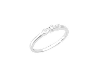 טבעת זהב לבן 14 קראט משובצת יהלום עגול ושני יהלומים בצדדים.