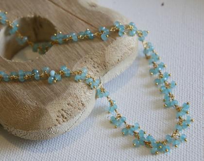 שרשרת זהב קצרה שזורה אבני חן קלצדוני כחולה.