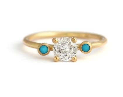 טבעת אירוסין משובצת יהלום מלח פלפל, טבעת יהלום וטורקיז, טבעת אירוסין יהלום אפור, טבעת אירוסין משובצת שלוש אבני חן, טבעת אירוסין בחיתוך עגול