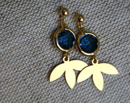 עגילים צמודים עדינים בציפוי זהב עם תליון אבן קריסטל כחולה ועלה תלתן. N-35