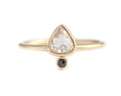 טבעת יהלום רוז-קאט בחיתוך טיפה, טבעת אירוסין מנימליסטית, טבעת בשיבוץ יהלום שחור קטנטן, טבעת אירוסין בשיבוץ יהלום, טבעת אירוסין טיפה