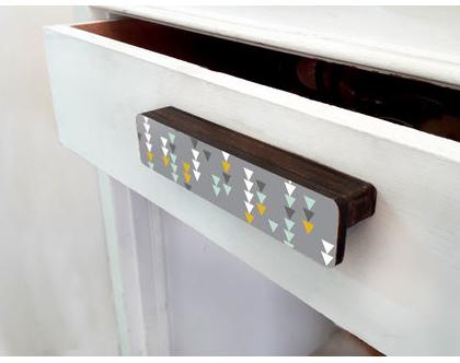 ידיות מעוצבות לארונות ומגירות, ידית ארוכה דקורטיבית עיצוב סקנדינבי דגם אפור משולשים
