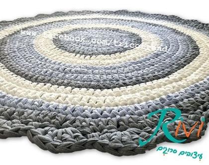 שטיח סרוג לחדר ילדים בגוונים של תכלת, שמנת , אפור   שטיח לחדר תינוק  שטיח מעוצב   שטיח עגול, שטיח בצבעים בהירים המאירים את החדר