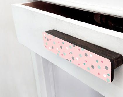 ידית עץ מעוצבת לדלת ארון, ידית דקורטיבית מאורכת בצבע ורוד עם נקודות לבנות, ידיות למגירות