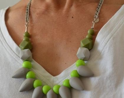 שרשרת בשילוב חרוזים גאומטרים שונים בצבעים של ירוק ואפור
