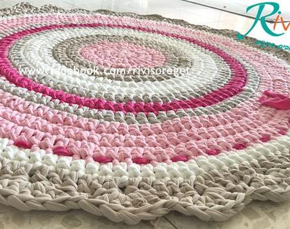 שטיח סרוג, שטיח סרוג דגם מהודר, בגוונים של ורוד ושמנת עם סרט עיטור שזור בשטיח , שטיח לחדר של ילדה, שטיח לחדר של תינוקת,